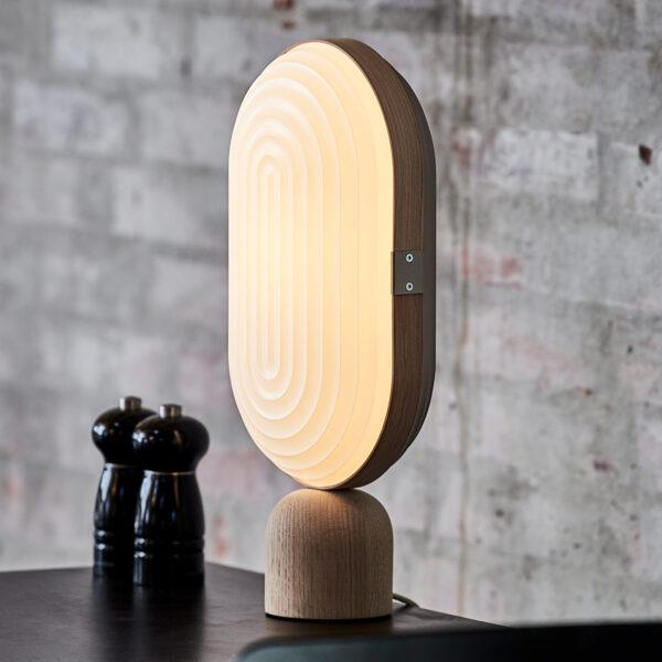 LE KLINT Arc -LED-pöytälamppu, valkoinen, tammi